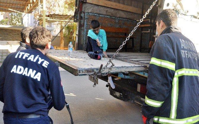 Sıra Taşıyan Öğrencinin Bacağı Kamyonet Kasasına Sıkıştı