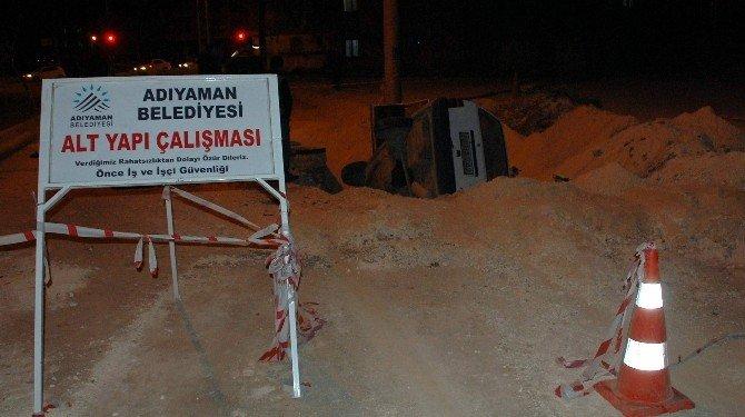 Otomobil Belediyenin Kazdığı Çukura Düştü