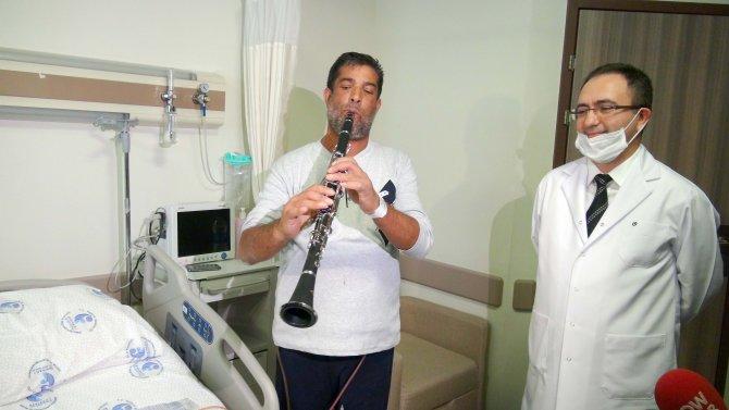 Böbrek naklini klarnet çalarak kutladı