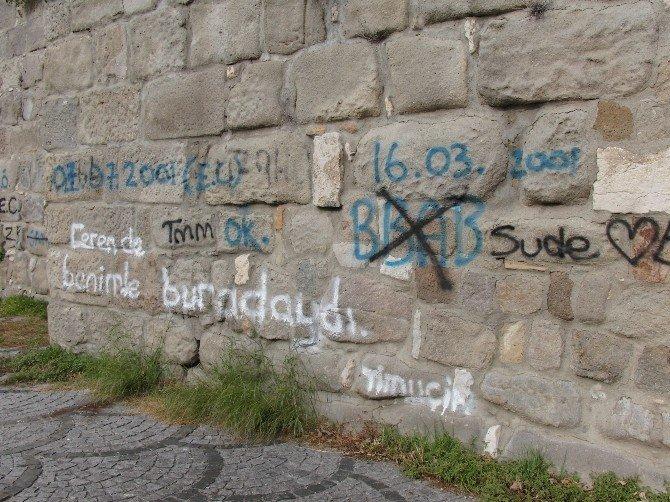Tarihi Kaleyi Duvar Yazılarıyla Kirlettiler