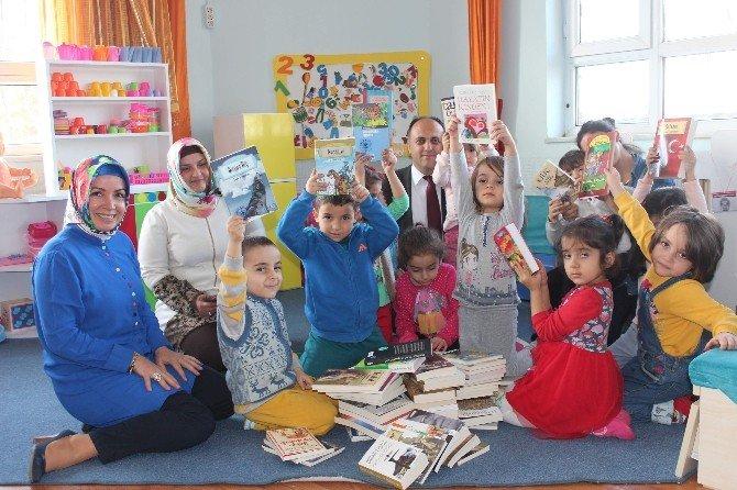 Beyşehir'de Belediyeden Gezici Mini Kütüphaneye Kitap Desteği