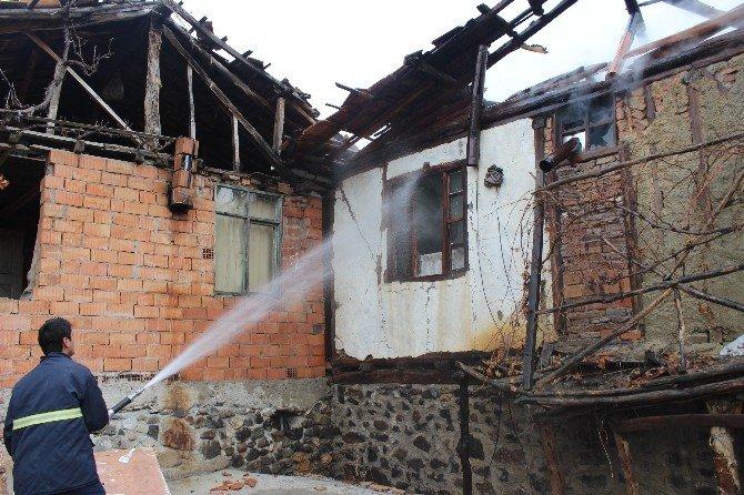 Osmancık'ta Evleri Yanan Aile Kış Günü Sokakta Kaldı
