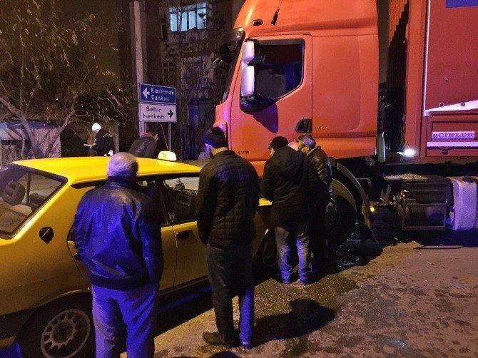 Otomobil İle Tır Kafa Kafaya Çarpıştı