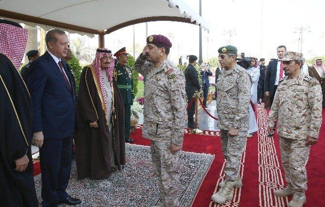 Erdoğan Suudi Arabistan'da Resmi Törenle Karşılandı