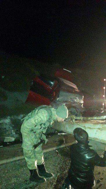 Otomobille Tır Çarpıştı: 2 Ölü, 1 Yaralı