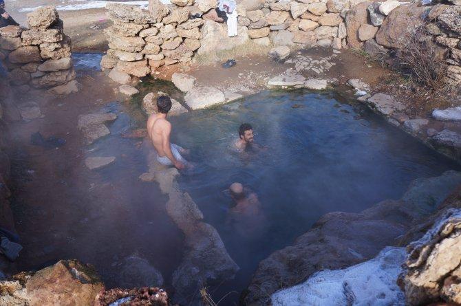 Kar üzerinde güreş tutup, ardından sıcak kaplıcaya giriyorlar
