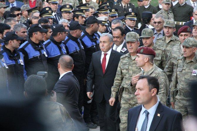 Genelkurmay Başkanı Akar, Adana'daki şehit cenazesine katıldı
