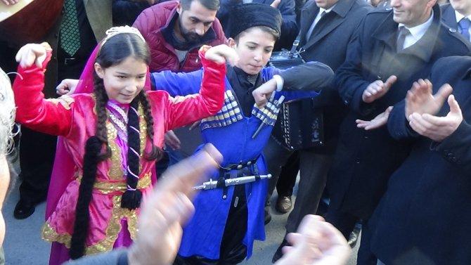 Ödül şampiyonu belediye başkanına aşıklar tarafından sazlı sözlü karşılama