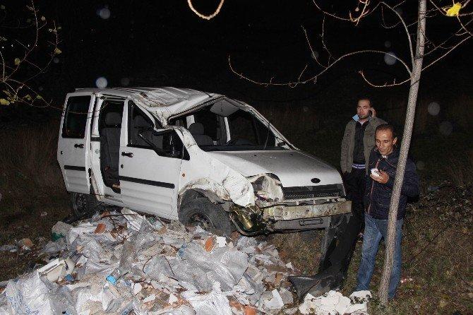 Kamyonet Şarampole Yuvarlandı: 4 Yaralı