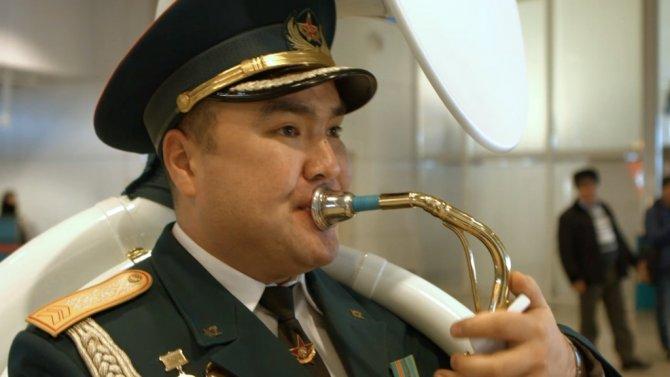 Askeri bandodan havaalanında bekleyen yolculara yeni yıl süprizi