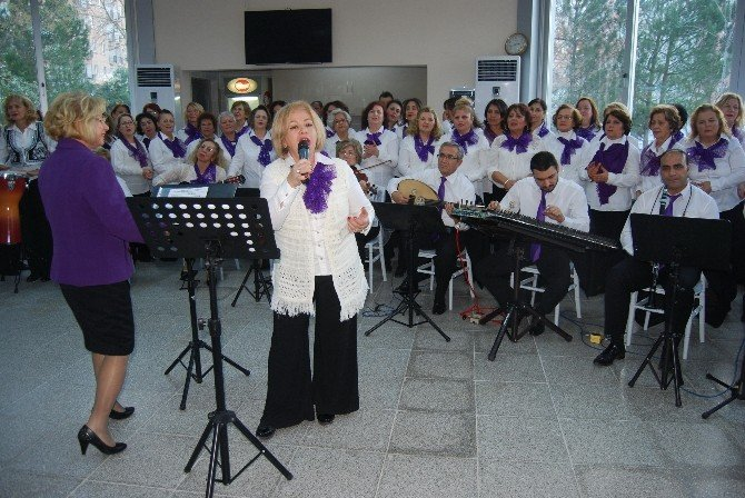 Nilüfer Belediyesi Kadın Korosu'ndan Huzur Evine 'Yeni Yıl' Konseri