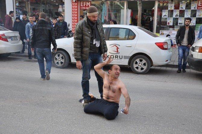 Kendisini Şefine Şikayet Eden Arkadaşına Kızdı, Cadde Ortasında Elbiselerini Yaktı