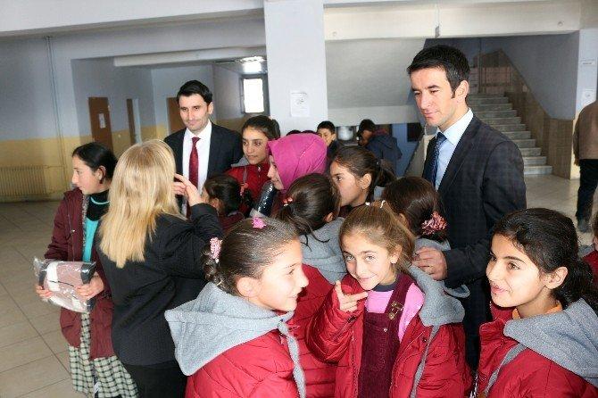 Ağrı'da Binlerce İhtiyaç Sahibi Öğrenciye Yardım