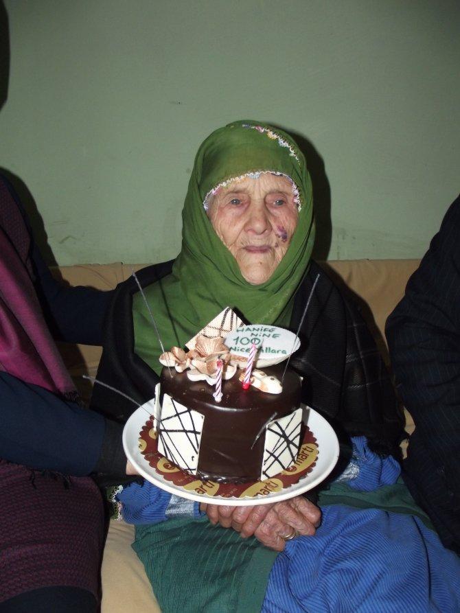 53 torunu olan Hanife Nine 100. yaşını kutladı