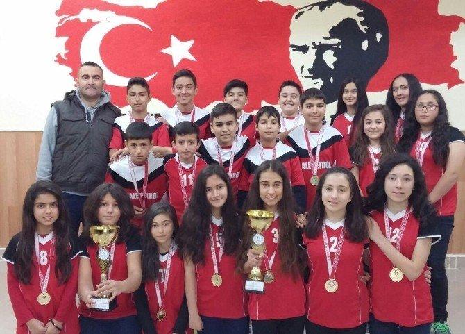 Şefaatli Fatih Ortaokulu Voleybolda Çifte Şampiyonluk Yaşadı