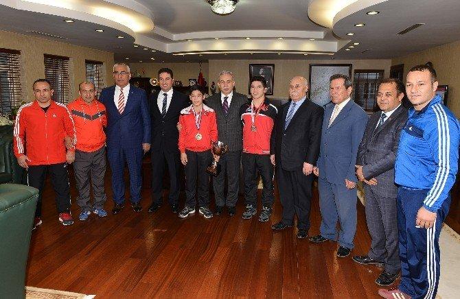 Vali Büyük Balkan Şampiyonu Güreşçileri Ödüllendirdi