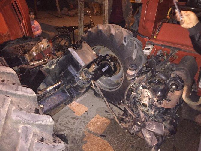 Elektrik direğine çarpan traktör ikiye bölündü