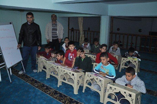 Öğrenciler Camide İngilizce Ve Matematik Öğreniyor