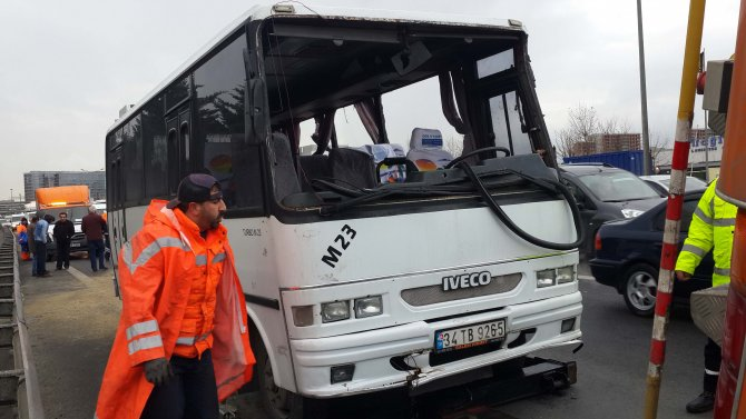 Kaza yapan servis minibüsü yan yattı: 9 yaralı