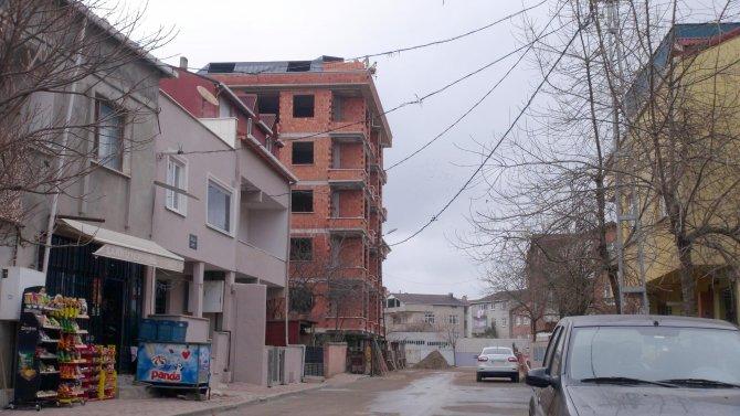 İddia: Zabıtanın evi kaldırımı işgal etti; Belediye: Kaldırım arsaya tecavüz etti!