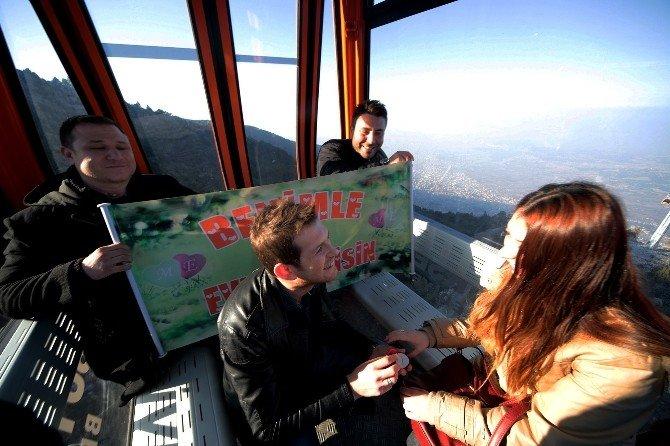 Yükseklik Korkusu Olan Genç Kıza, Teleferikte Evlilik Teklifi