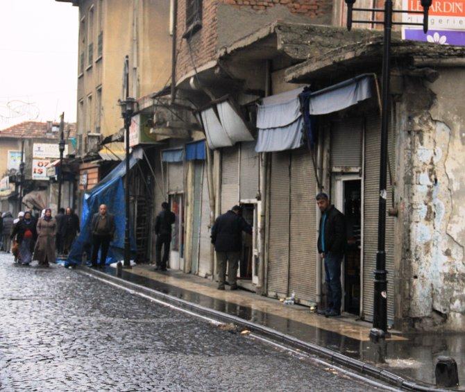 Sur'daki Gazi Caddesi esnafı 29 gün sonra işyerini açtı