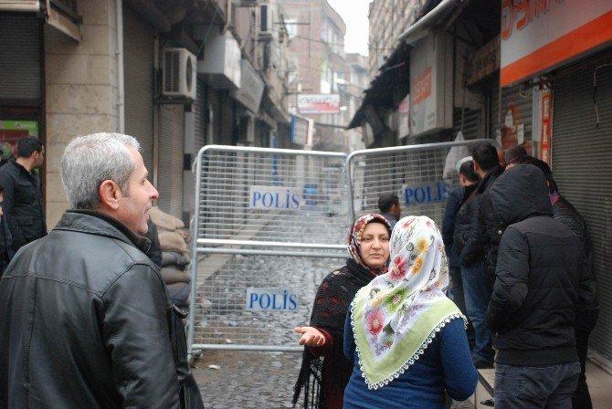 Sur'da Yasak Kalktı Esnaf Eşyalarını Topladı