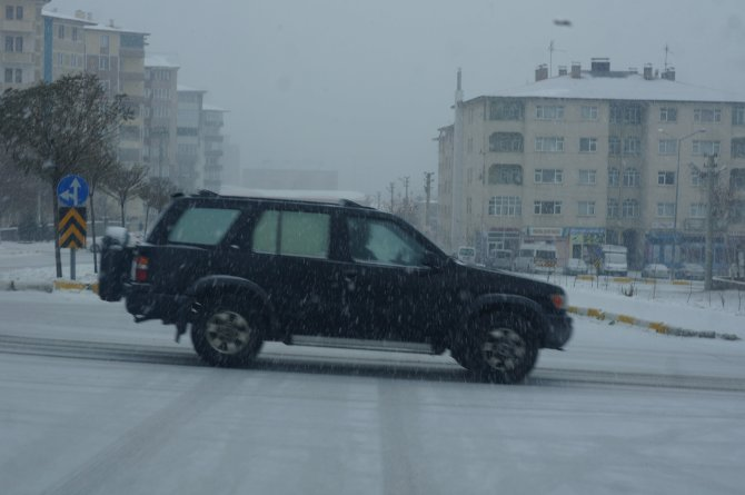 Erzurum'da beklenen kar yağışı başladı