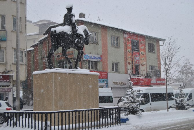 Hakkari'de kar yağışı başladı