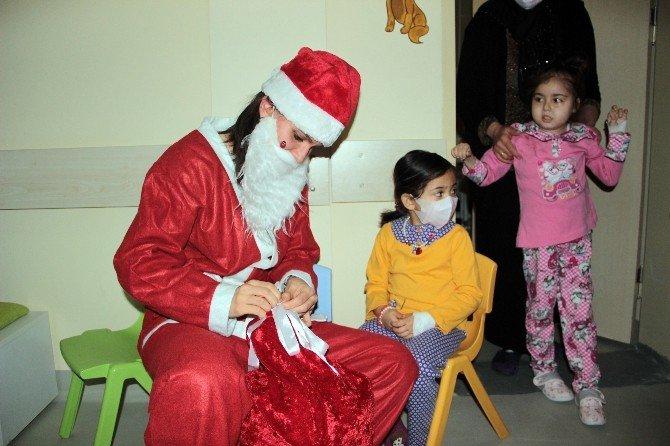 Hastanede Yatan Lösemi Hastası Çocuklara Yılbaşı Sürprizi