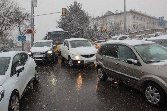 Kar Yağışı İstanbul'da Trafiği Durma Noktasına Getirdi