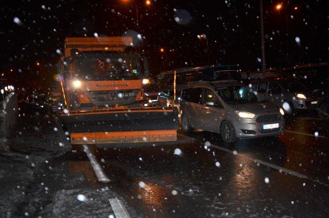 İstanbul kar akşam da etkili oluyor