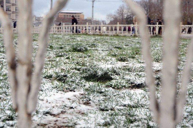 Taksim Beyaza Büründü, Vatandaşlar Keyfini Çıkardı