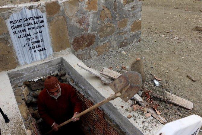 Ölmeden önce yaptığı mezarına girdi
