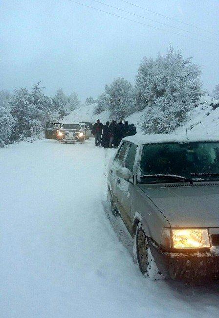 Cenazeye Giden 23 Kişi Karda Mahsur Kaldı