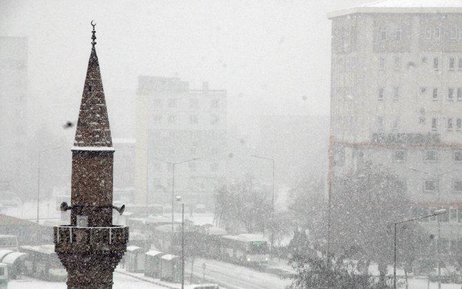 Kayseri güne kar yağışıyla başladı