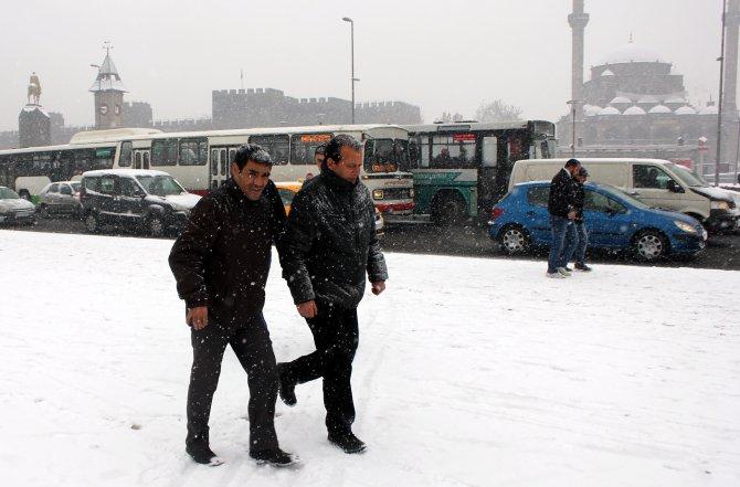 Kar yağışı sevindirdi