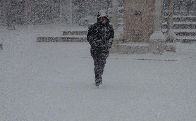 Kışın Zemine Uygun Ayakkabı Tabanları Seçilmeli, Eller Cepte Yürünmemeli