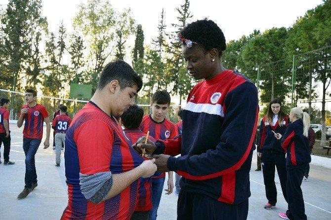 Mersin Büyükşehir Belediyesi Kadın Basketbol Takımı, Kimsesiz Çocukları Ziyaret Etti