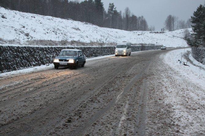Merkez ve yükseklerde kar yağışı başladı; TIR'lar yolda kaldı