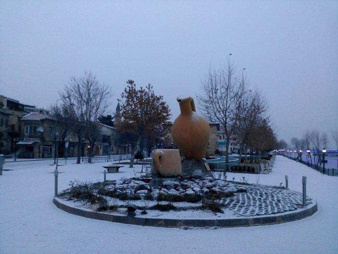 Nevşehirliler güne karla uyandı