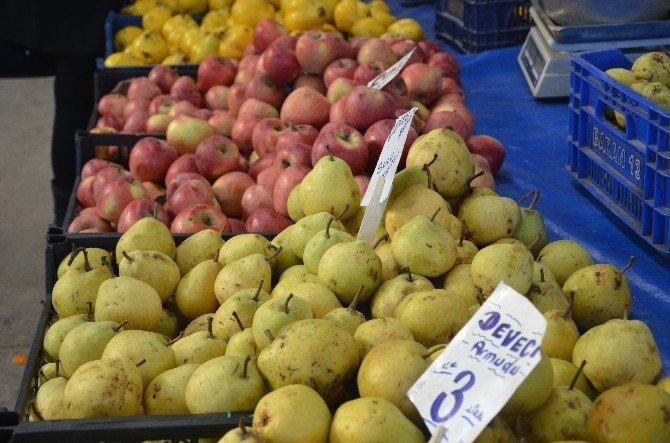 Yeni Yıl Öncesi Son Pazarda Vatandaş Meyveye Yöneldi