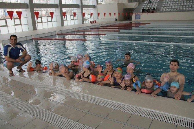 Bayanlar Yüzme Havuzuna İlgi Gösteriyor