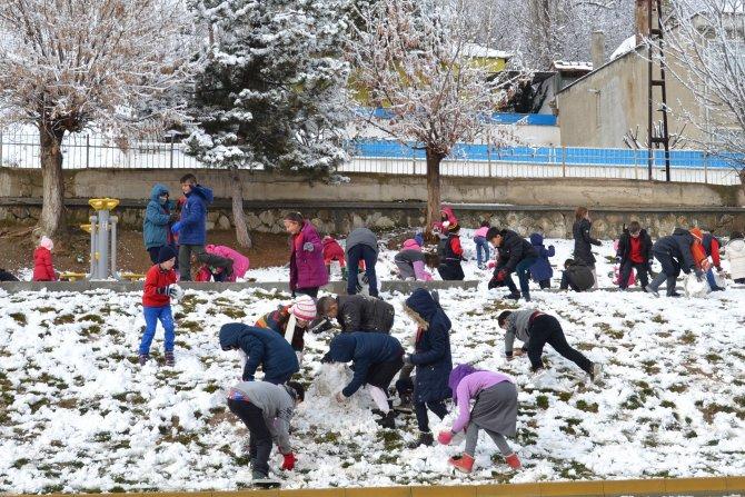 Havza'da öğrenciler karın keyfini çıkarttı