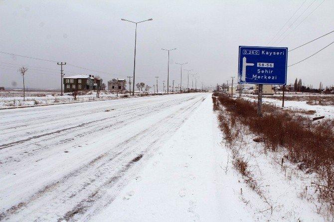 Sivas, Kayseri Karayolunda Kar Yağışı Etkili Oldu