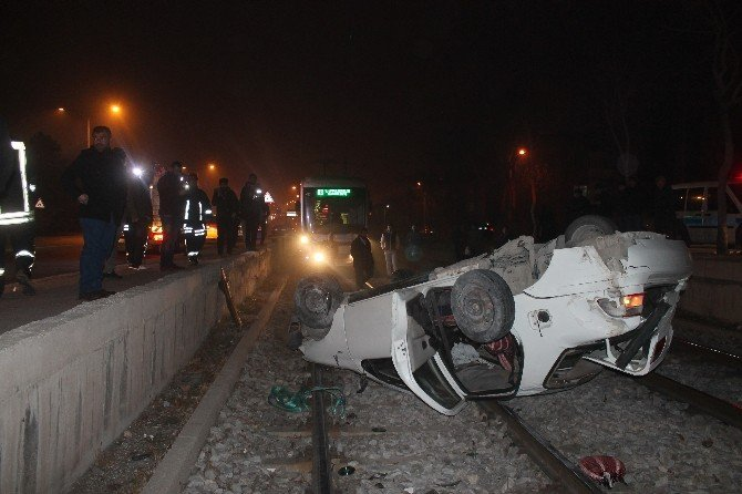 Tramvay Hattına Uçan Otomobilde Sıkıştı