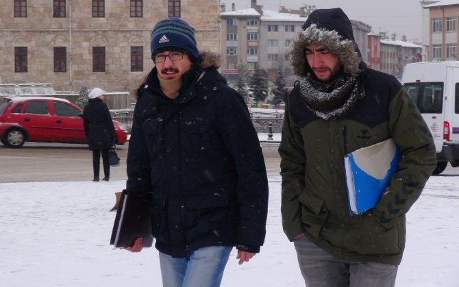 Sivaslılar güne kar yağışıyla uyandı