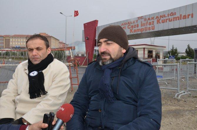Karlı havada gazeteciler için umut nöbeti