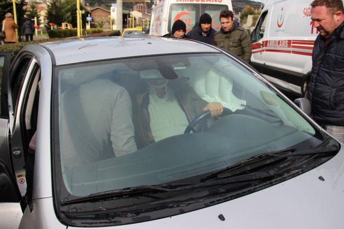 Yaralı sürücü arka kapıdan çıkarılarak ambulansa alındı