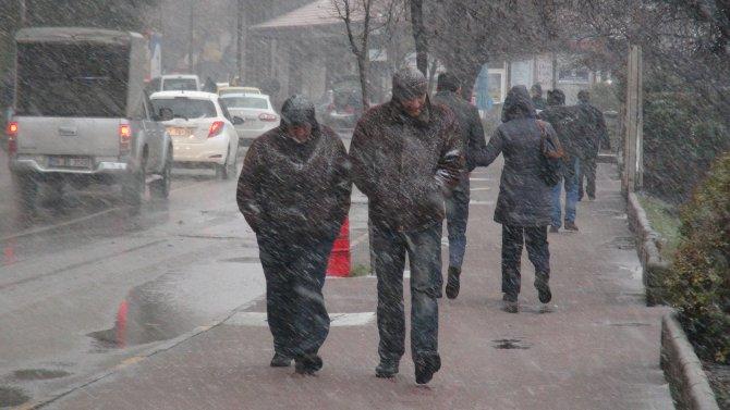Zonguldak'ta kar ve tipi etkili oluyor